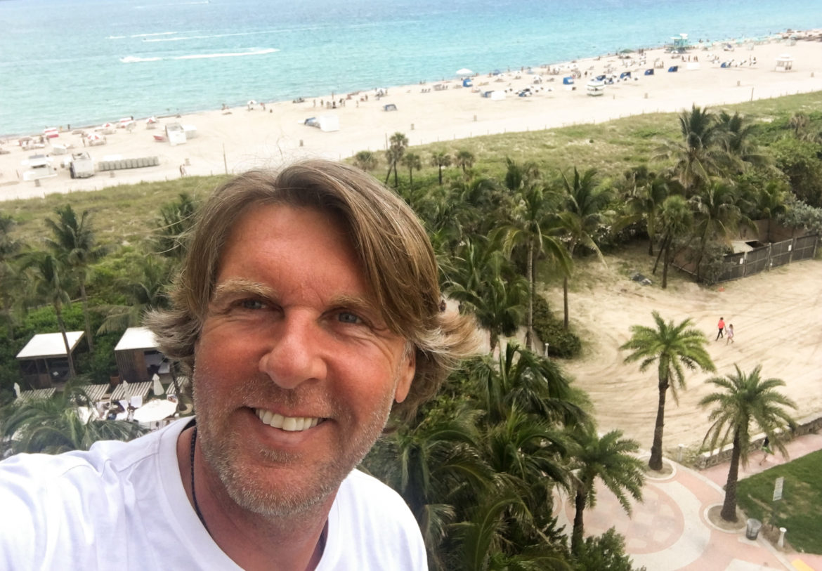 Selfie am Strand von Carsten K. Rath dem Inhaber des Reiseblogs Travel Grand