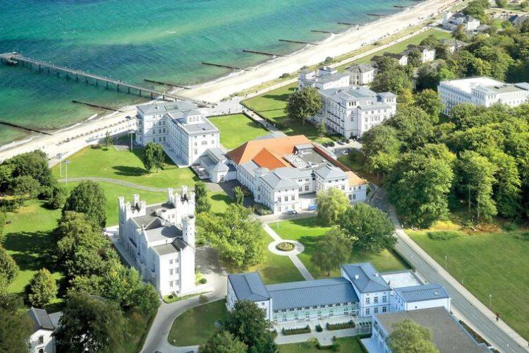 Auf der einen Seite die Ostsee, auf der anderen eine grüne Naturlandschaft. (Foto: Grand Hotel Heiligendamm)