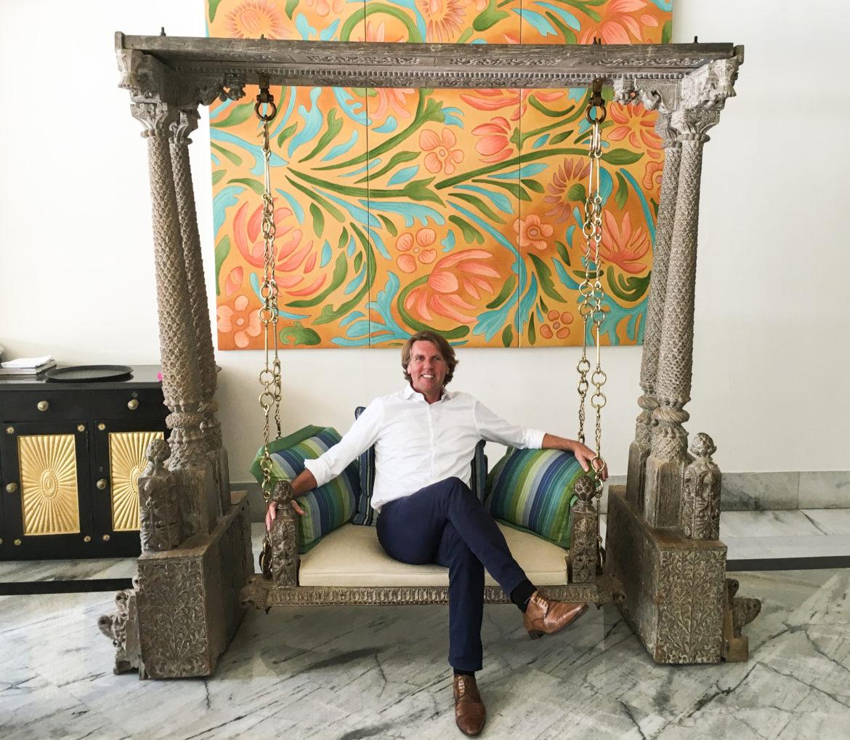 Carsten K. Rath von Travel Grand auf einer imposanten Hollywoodschaukel
